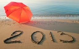 Bord de la mer paisible avec 2013 tirés sur le sable Image stock