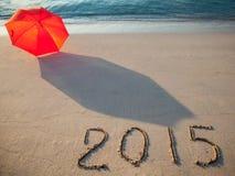 Bord de la mer paisible avec 2015 tirés sur le sable Photographie stock