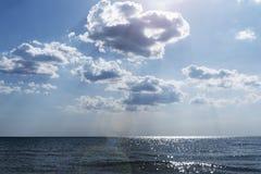 Bord de la mer pendant le crépuscule lumineux Composition de la nature Photographie stock libre de droits
