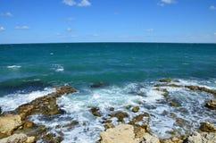 Bord de la mer pierreux Le battement de vagues sur le rivage La Mer Noire, Sevastop image stock