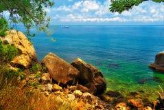Bord de la mer pittoresque avec un bateau sur l'horizon Images libres de droits