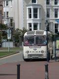 Bord de la mer, rétro autobus photographie stock
