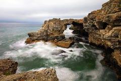 Bord de la mer rocheux le jour sombre photographie stock
