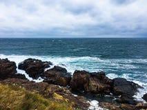 Bord de la mer rocheux Temps venteux nuageux photos libres de droits