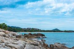 Bord de la mer scénique de montagne photographie stock libre de droits