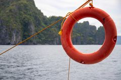 Bord de la mer tropical avec l'eau de mer et la balise de vie Attirail de yacht et photo de concept de dispositif de protection image stock