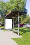 Bord de la route de panneau d'affichage d'autobus Photo stock