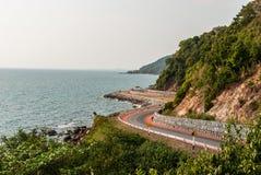 Bord de la route le long de la mer dans Chantaburi, Thaïlande Photographie stock libre de droits
