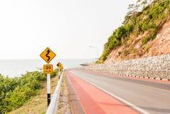 Bord de la route le long de la mer dans Chantaburi, Thaïlande Photos libres de droits