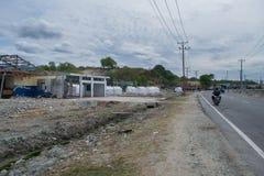 Bord de la route de Palu après tsunami complètement de réfugié photo libre de droits