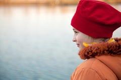 bord de lac de fille Photographie stock libre de droits