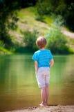 bord de lac de garçon photographie stock libre de droits