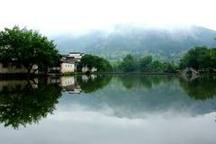 Bord de lac de Slient dans le village de Hongcun images libres de droits