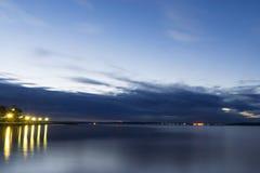 Bord de lac de ville de nuit Photographie stock