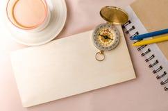 Bord de madera en blanco con el compás del vintage en fondo de la tela tapa Foto de archivo libre de regalías