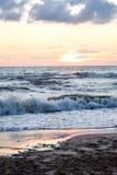 Bord de mer avec de grandes vagues chez Jurkalne photographie stock libre de droits