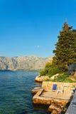 Bord de mer avec la mer et la montagne Photo stock