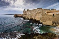 Bord de mer avec le château médiéval de Maniace sur l'île d'Ortigia à Syracuse, Sicile photographie stock
