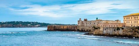 Bord de mer avec le château médiéval de Maniace sur l'île d'Ortigia à Syracuse, Sicile photos stock