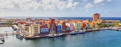 Bord de mer coloré des maisons et des boutiques en le Curaçao photo stock