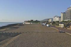 Bord de mer d'Eastbourne regardant au cap Bévésiers Photo libre de droits