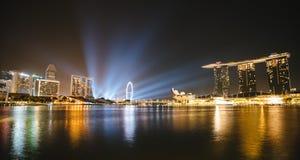 Bord de mer d'horizon de nuit de Singapour chez Marina Bay Photo stock