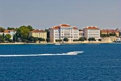 Bord de mer de péninsule de Zadar avec le hors-bord Photographie stock