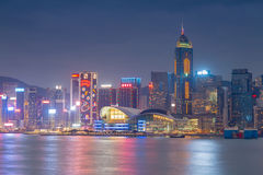 Bord de mer de paysage urbain de Hong Kong au-dessus de port de Victoria, crépuscule Image stock