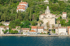 Bord de mer de Prcanj avec le Birthof notre église de Madame photos stock