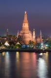 Bord de mer de Wat Arun pendant le crépuscule Images stock