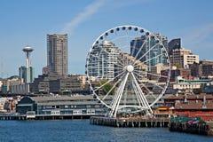 Bord de mer du centre de Seattle et la grande roue Photos stock