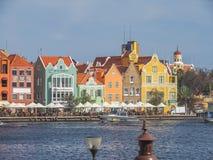 Bord de mer de Handelskade - marchant autour des vues du Curaçao de centre de la ville d'Otrobanda Images libres de droits