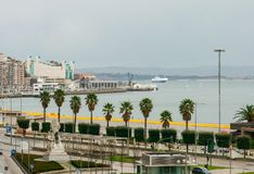 Bord de mer de la ville de Santander, palais des festivals de la Cantabrie Ferry et voiliers photo stock