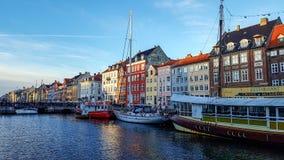 Bord de mer de Nyhavn, canal, façades colorées de vieille réflexion de maison, et bâtiments, bateaux, yachts et bateaux à Copenha photos libres de droits