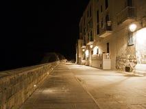 Bord de mer par nuit. Monopoli. Apulia. Photos stock