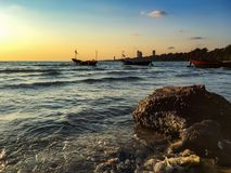 Bord de mer quand l'ensemble du soleil images libres de droits