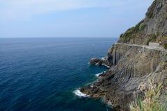 Bord de mer rocheux dans Riomaggiore Photos stock
