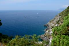 Bord de mer rocheux dans Riomaggiore Image libre de droits