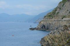 Bord de mer rocheux dans Riomaggiore Photographie stock