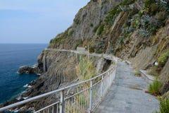 Bord de mer rocheux dans Riomaggiore Photo libre de droits