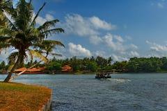 Bord de mer tropical exotique avec le ressac dans Sri Lanka Photographie stock libre de droits