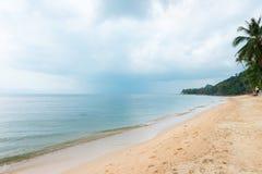 Bord de mer tropical nuageux avec les nuages pluvieux Photos stock