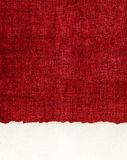 Bord de papier déchiqueté sur le tissu rouge Images stock