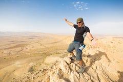 Bord debout de falaise de montagne de désert d'homme Image stock