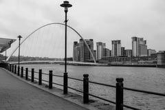 Bord du quai de Newcastle et pont de millénaire photos stock