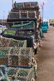 Bord du quai de pile de paniers de pêche de pêche Photographie stock libre de droits