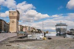 Bord du quai de port à Savone, Italie photographie stock
