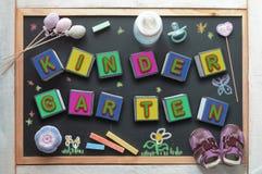 Bord in een kleuterschoolklaslokaal en wat babymateriaal stock foto