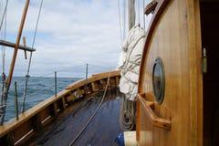 An Bord eines alten Walfängers, der die Skjalfandi-Bucht in Nord-Island segelt stockfotos