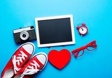 Bord, gumshoes, glazen, camera, wekker, stuk speelgoed royalty-vrije stock foto's